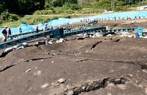 報道陣に公開された弥生時代中期後葉の竪穴建物跡。楕円形に掘られた穴の周囲に周堤が残る=28日、愛知県設楽町
