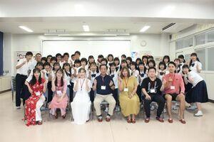 授業を担当した西九州大の田中豊治教授(1列目中央)、留学生らと記念撮影する生徒たち