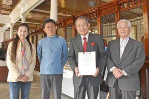署名活動を始めた「唐津赤レンガの会」の田中会長(右から2人目)とメンバー=旧唐津銀行本店