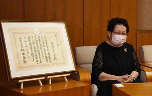 松下徹本部長から表彰状を受け取った南里トミエさん(右)=佐賀県警本部