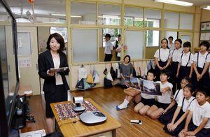 フランスの小学生とスカイプで交流を深める脊振小の児童たち=神埼市の同校
