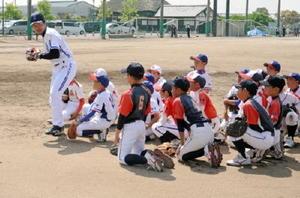 野中信吾さんから内野守備の基本について指導を受ける児童たち=小城市の牛津総合公園