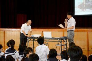 三重津海軍所について講演する瀬戸健太郎記者(右)と多久島文樹デスク=唐津市の鏡中