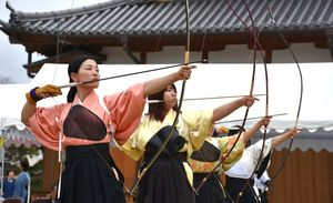 一矢ごとに集中し的を狙う出場者=佐賀市の佐賀城本丸歴史館