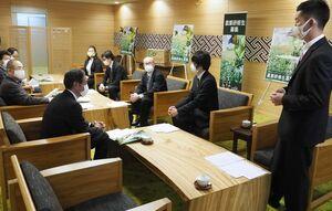 現状やこれからの目標について、秀島市長らに発表する就農者ら=佐賀市役所