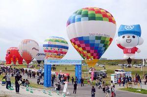 台湾から初参加した「Lucky Bear(ラッキーベア)」(右端)をはじめ、ユニークな形やカラフルな気球が集まったバルーンファンタジア=佐賀市の嘉瀬川河川敷