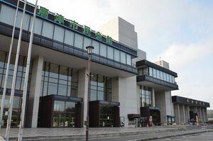 31日に閉館する唐津市民会館。右奥は曳山展示場=唐津市西城内
