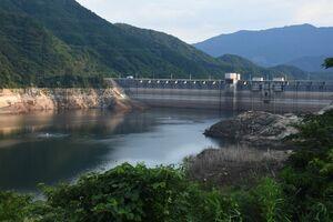 少雨の影響で貯水率が低くなった嘉瀬川ダム=佐賀市富士町、4日午後6時ごろ