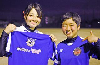 神埼高女子サッカー部 マンホールカードとコラボ ウエア着用で神埼市PR
