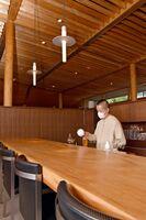 和多屋別荘にオープンした「茶寮&バー」と副島園4代目代表の副島仁さん=嬉野市嬉野町
