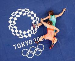 女子62キロ級準決勝 ブルガリア選手(上)と対戦する川井友香子=幕張メッセ