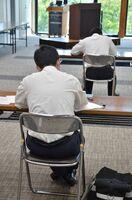 採用試験に臨む高校生たち=佐賀市多布施の松尾建設
