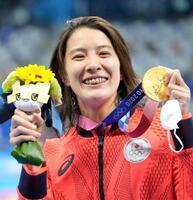 女子200メートル個人メドレーで優勝し、メダルを手に笑顔の大橋悠依=東京アクアティクスセンター