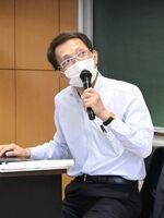 「税のはなし」と題し、講演を行う佐賀税務署長の平山誠一郎氏=佐賀大学本庄キャンパス