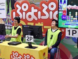 ぷよぷよeスポーツ一般の部で優勝した江口恭さん(左)=佐賀市のイオンモール佐賀大和