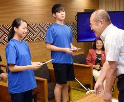 秀島敏行市長から激励を受ける山口智生さん(中央)と原綾菜さん(左)=佐賀市役所