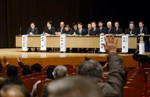 資源エネルギー庁や内閣府、九州電力の代表者らに質問しようと挙手する参加者ら=武雄市文化会館