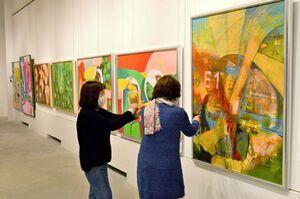 水彩画の大作が並ぶ白水会展の会場=佐賀市の県立美術館