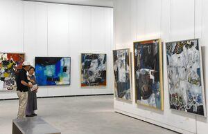 公募展に向けて意欲的な作品が並ぶ「二科会佐賀支部絵画展」=佐賀市の県立美術館