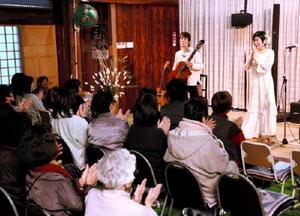 オカリナとギターの音色が響いたコンサート=吉野ヶ里町の明善寺