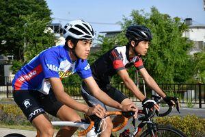 切磋琢磨しながら成長してきた龍谷自転車競技部の牧瀬治貴(左)と藤松晴人=佐賀市水ヶ江の龍谷高周辺