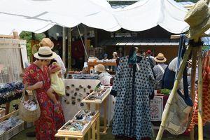 緞通ラグ(敷物)を作るワークショップや、ブローチなどを販売する店=佐賀市三瀬村