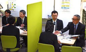 ジョブカフェSAGAでの企業説明会。人材確保が課題となっている=佐賀市白山