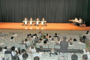 九州防衛局職員に質問する柳川市民=柳川市民会館