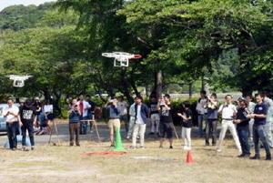 一斉に飛び上がるドローン。制限の多い人口密集地では難しいが、小学校跡地はドローンの操縦を訓練する場所としての活用も検討されている=伊万里市波多津町