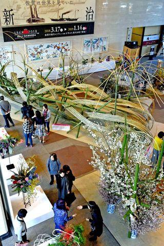 自由な作風楽しんで 草月流90周年 県民ホールで展示