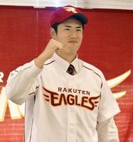 楽天入団が決まり、ポーズをとるドラフト1位の岡山商大・近藤弘樹投手=15日、岡山市