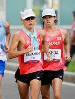 男子20キロ競歩 レース中盤、競り合う山西利和(左)と池田向希=札幌大通公園発着特設コース