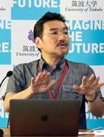 12日、文科省で記者会見する筑波大の柳沢正史教授