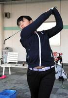 2回目の出場で優勝を目指す松永七海さん(神埼市)=佐賀市のアルバトロスゴルフクラブ
