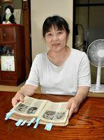 実家の片付けで出てきた古書を調べてほしいと「こちさが」に依頼した林茂子さん=伊万里市の自宅