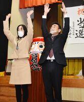 唐津市議選でトップ当選を果たし、万歳をする宮原辰海さん(右)と妻の直美さん=1月31日午後11時20分ごろ、厳木町の中島集会所