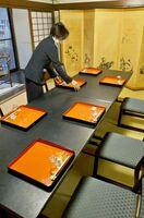 間隔を空けて並べられた食器類。席が対面にならないように配慮している。大規模な宴会の予約は大きく減ったという=佐賀市中の小路の「旅館あけぼの」