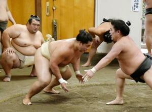 稽古する琴勝峰(中央)を見守る琴奨菊(左)=千葉県松戸市の佐渡ケ嶽部屋