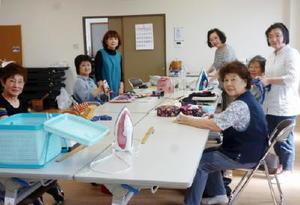 布草履を作る「モンキーサロン」のメンバー。左から3人目が白水美恵子代表=基山町長野の第7区公民館で