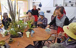 来店客はコーヒーや抹茶を片手にコミュニケーションを楽しんだ=佐賀市唐人町の元・副島紙文具店