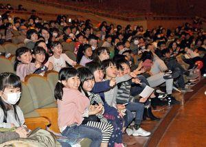 吹奏楽の演奏中に出てきたミニオンのキャラクターに驚く子どもたち=佐賀市文化会館
