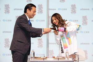 記念イベントで佐賀の酒を楽しむゆきぽよさん(右)と山口祥義知事=東京都(佐賀県提供)