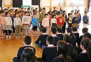 歌を披露する富士校の児童たち=佐賀市の富士校
