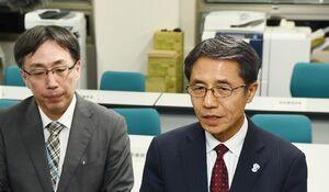 県内初の感染者確認を受けて開かれた県の新型コロナウイルス対策本部会議後に、記者の質問に答える落合裕二教育長(右)=13日午後9時、佐賀県庁