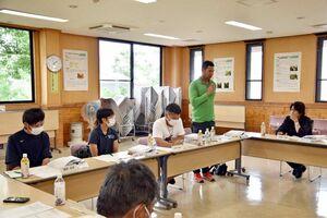 エールミーティングで自己紹介する新規就農者=佐賀市の佐城農業改良普及センター
