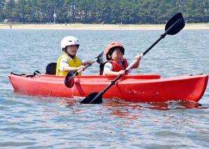 2人乗りシーカヤックで、一生懸命パドルを動かす子どもたち=唐津市二タ子の県ヨットハーバー