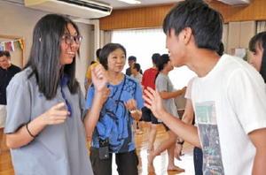 タイ語のじゃんけんで交流を深める参加者=佐賀市の循誘公民館
