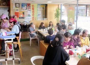 図書館内の喫茶店で開いた「認知症カフェ」。初回は大勢の人が集まった=9月24日、伊万里市民図書館