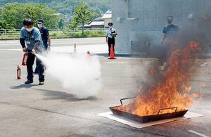 防災研修会で消火器による消火を体験する参加者=有田町の有田消防署