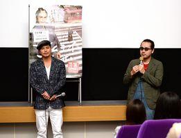 映画「サムライせんせい」の舞台あいさつに立つ主演の市原隼人さん(中央)と渡辺一志監督(右)=佐賀市のシアターシエマ
